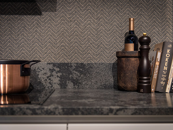 Keuken met donkere achterwand