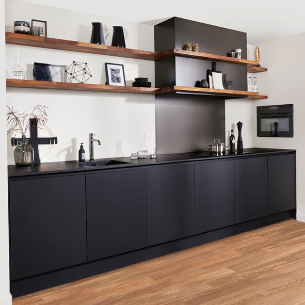 Zwarte kleine keuken