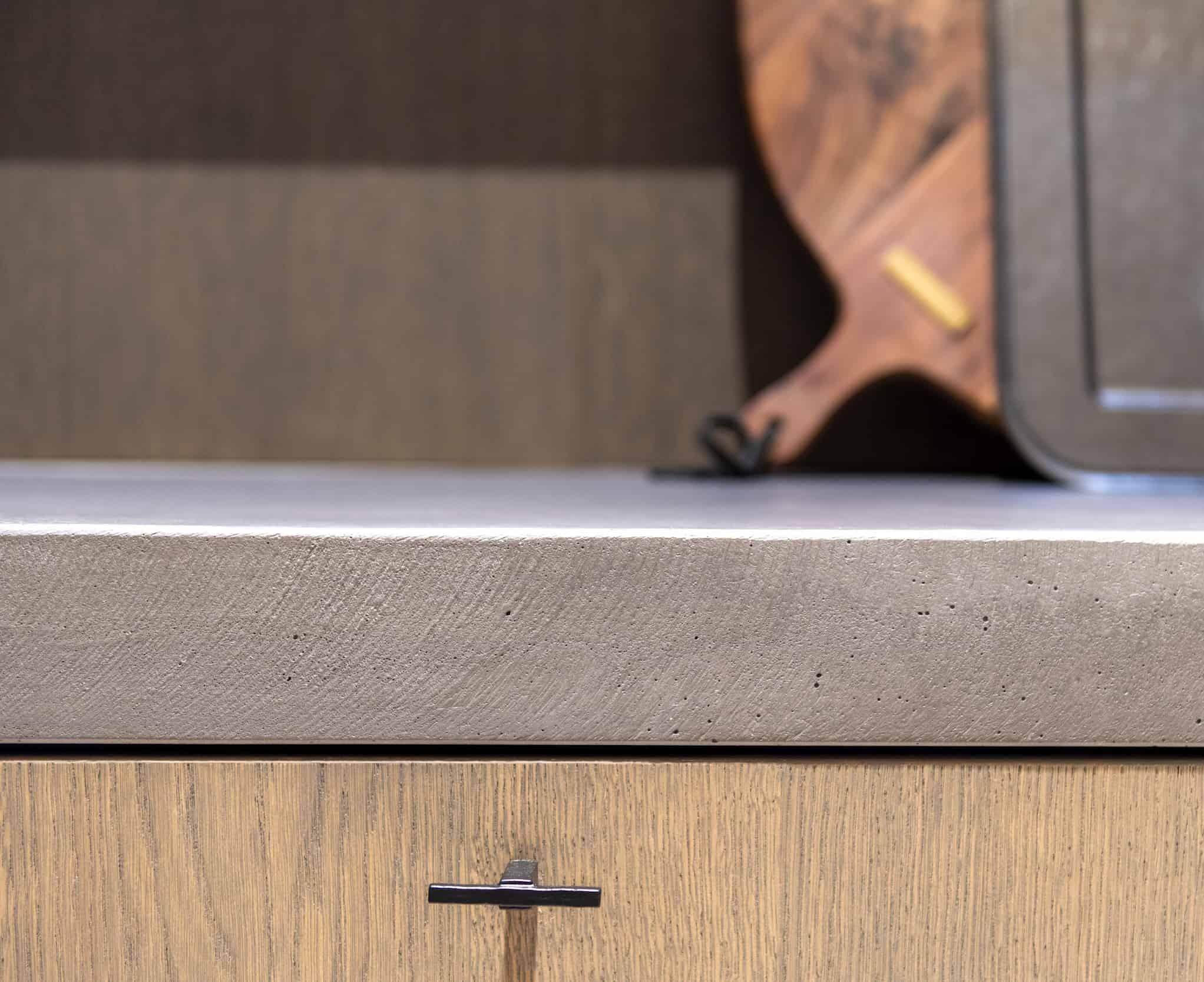 Betonnen werkblad met houten keukenkasten