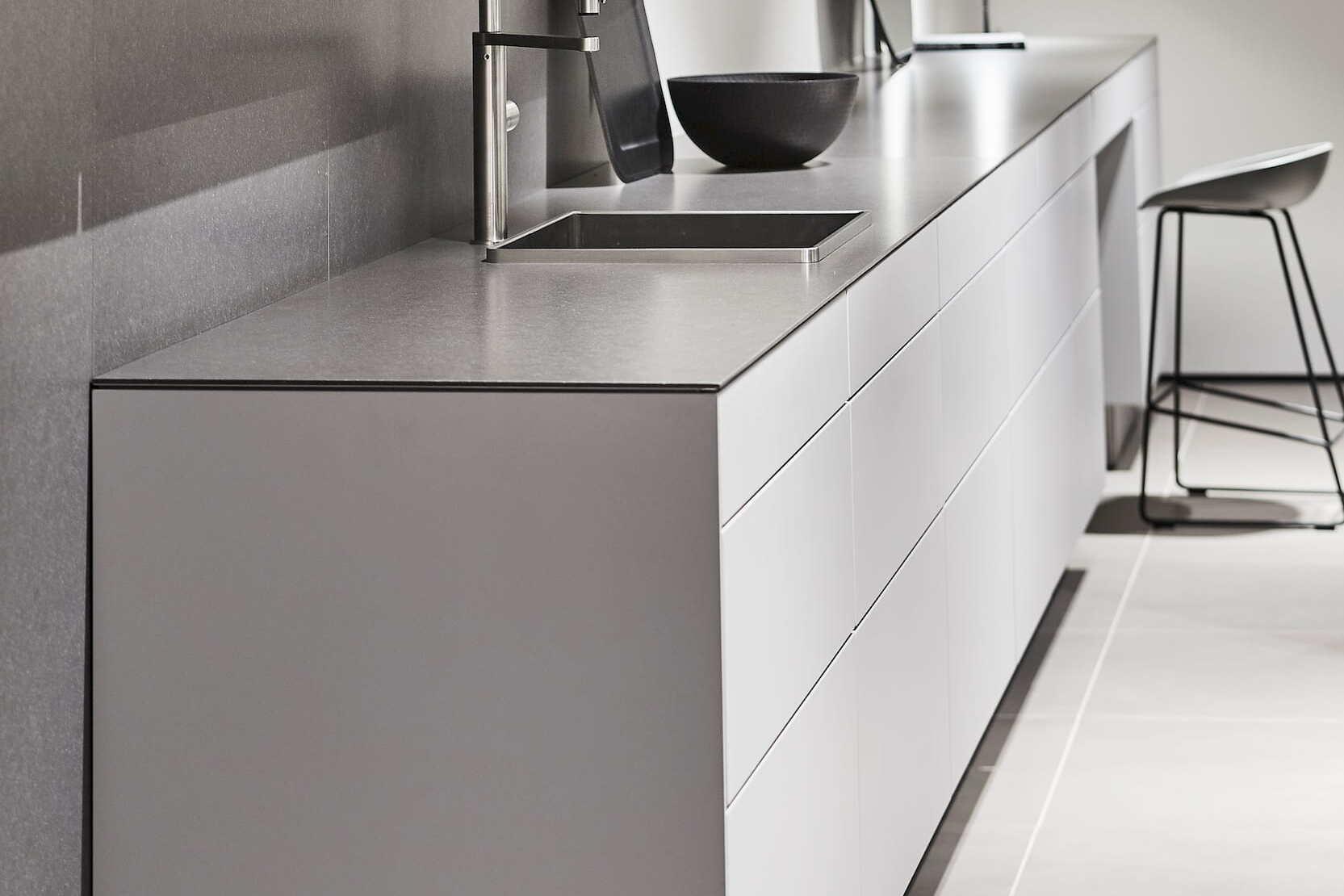 Witte keuken met rvs werkblad