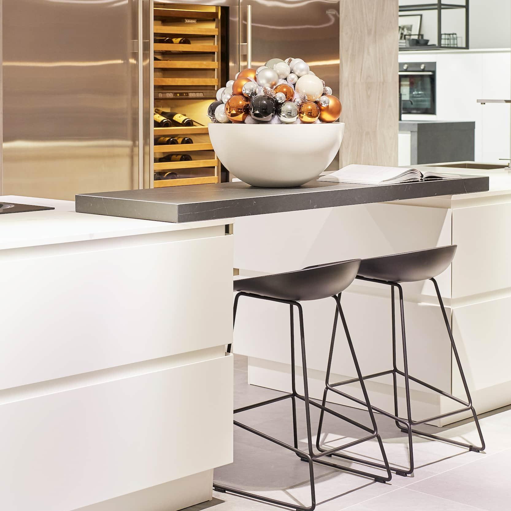 Witte keuken met bar