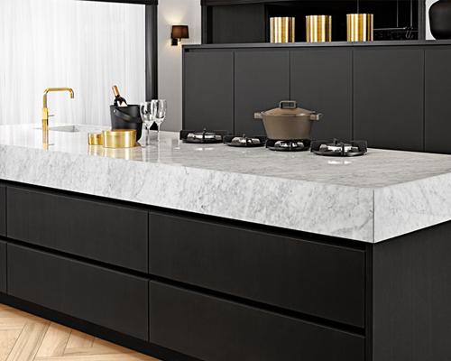 Zwarte keuken met marmeren werkblad