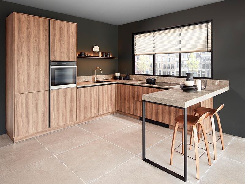 Bruine houten keuken met bar