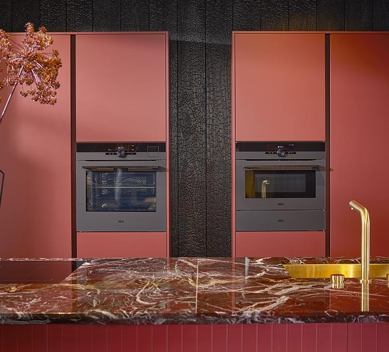 Rode keuken met gouden elementen