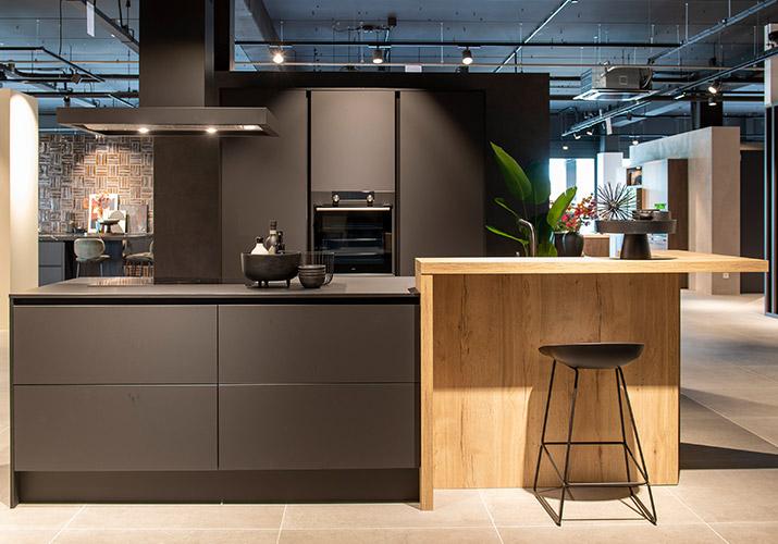 Keuken met zwarte kasten